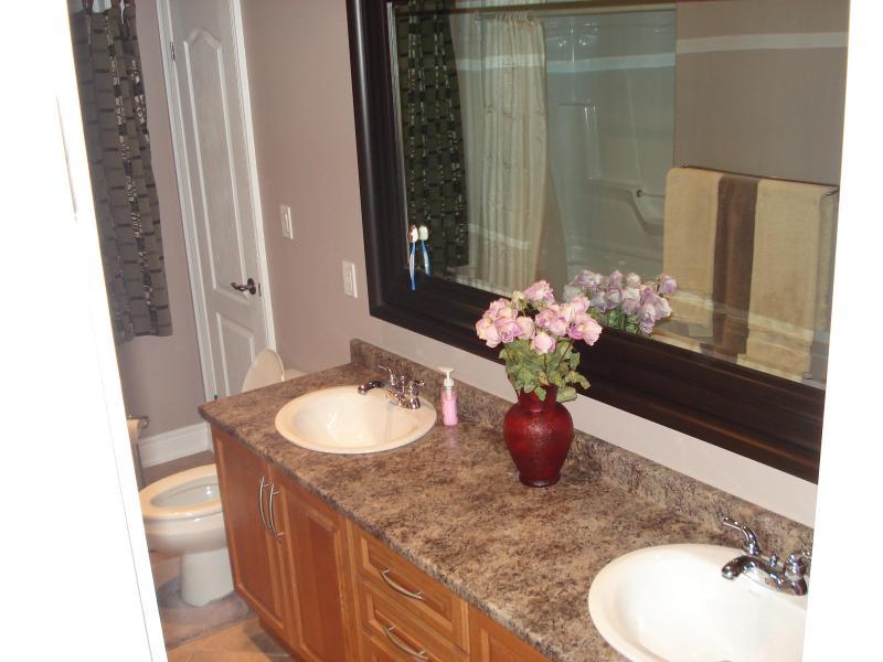 Baño principal con doble lavabo y bañera / ducha