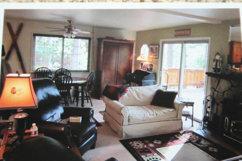 Comfortable living room with 2 leather recliners!