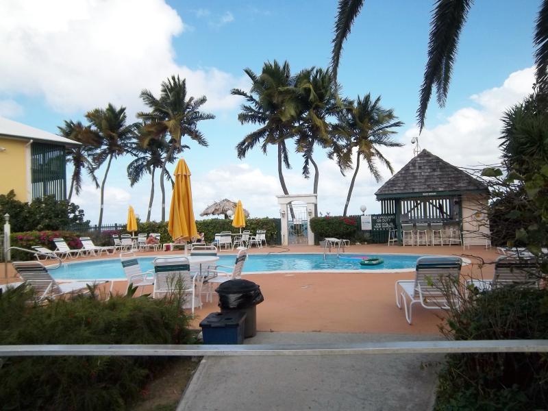 La piscine avec beaucoup de parasols, tables et chaises longues.