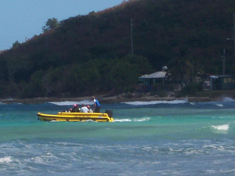 Une direction de bateau de plongée dehors avec un groupe pour une plongée de l'après-midi.