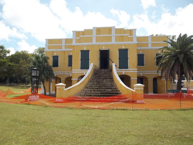 La résidence du gouverneur à Christiansted.  Tous les bâtiments du gouvernement sont peints un jaune gai.
