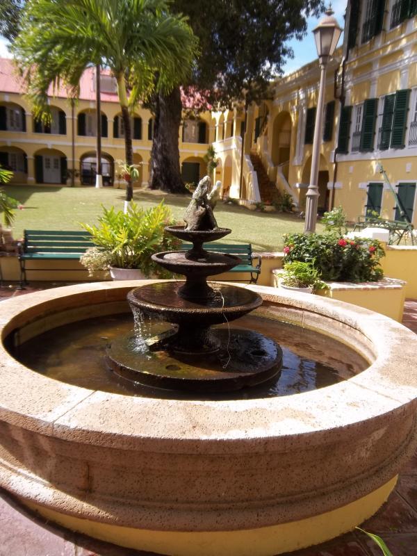 Une fontaine dans la Cour de la résidence du gouverneur.