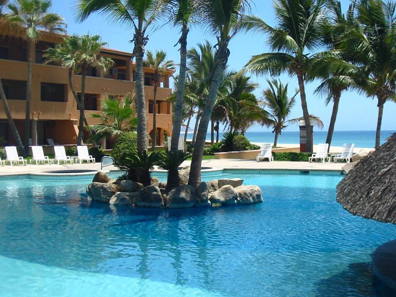 Tropical Setting / Pools & Spa / Beautiful Beach
