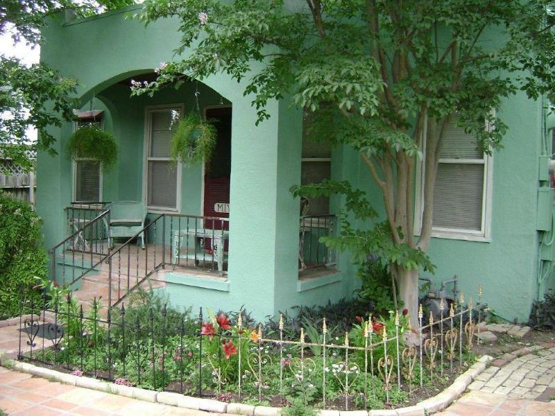 veranda en buitenkant 2 slaapkamer, 1 badkamer huis
