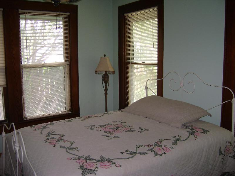 2 k. Huis voorzijde slaapkamer
