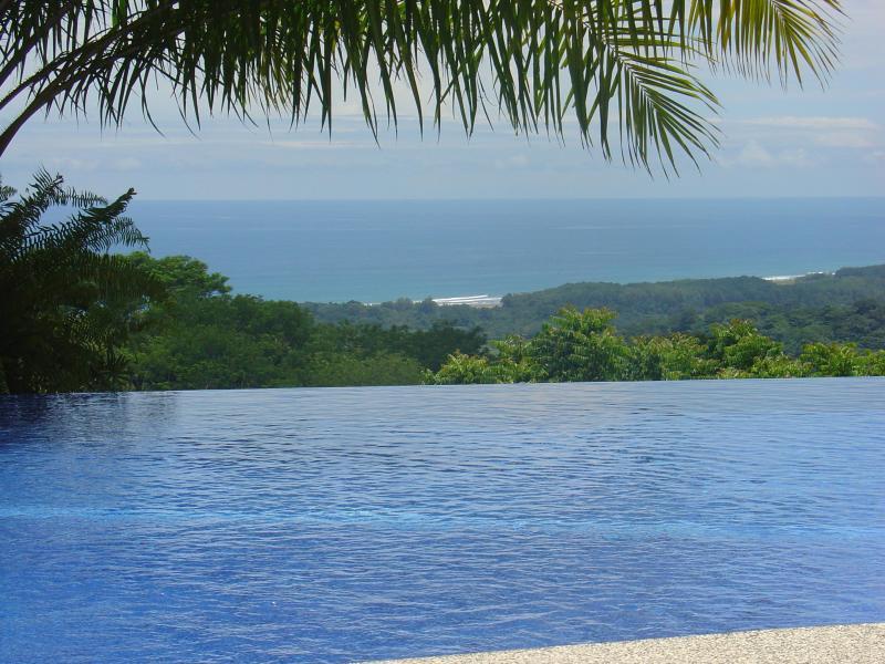 Pacífico vista desde la piscina de borde infinito.