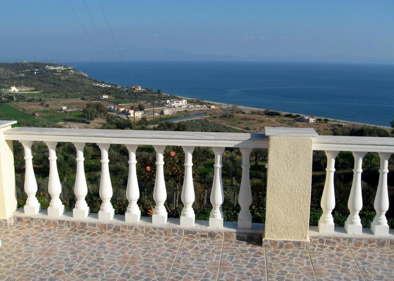 Spacious house with spectacular views of the sea!, holiday rental in Molaoi