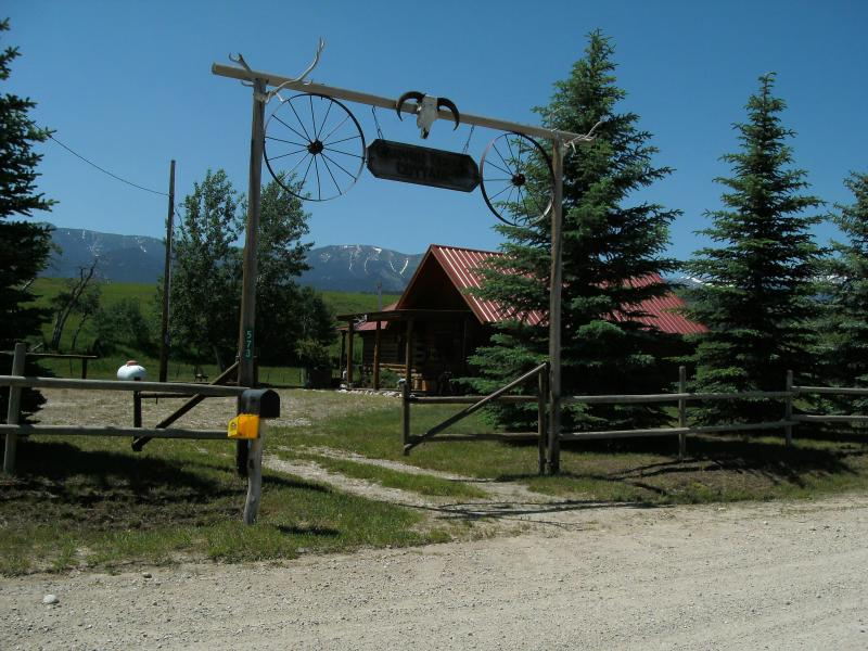 Enchanting log cabin, trout pond you can fish,  stunning mtn views, quiet, holiday rental in Red Lodge
