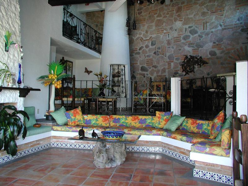CASA OWAISSA: PRIVATE HOME WITH POOL: PERFECT LOCATION WALK TO TOWN OR BEACH, alquiler de vacaciones en Puerto Vallarta