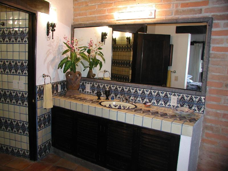 A casa de banho mestre de escadas.
