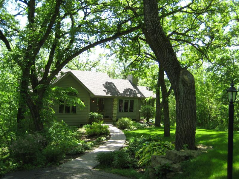 NATURALLY BEAUTIFUL SECLUDED VACATION RENTAL. ENJOY THE OUT DOOR HOT TUB YEAR ROUND