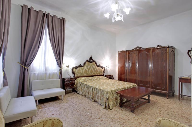Suite Brown     Queen House Garden   Venice Apartment