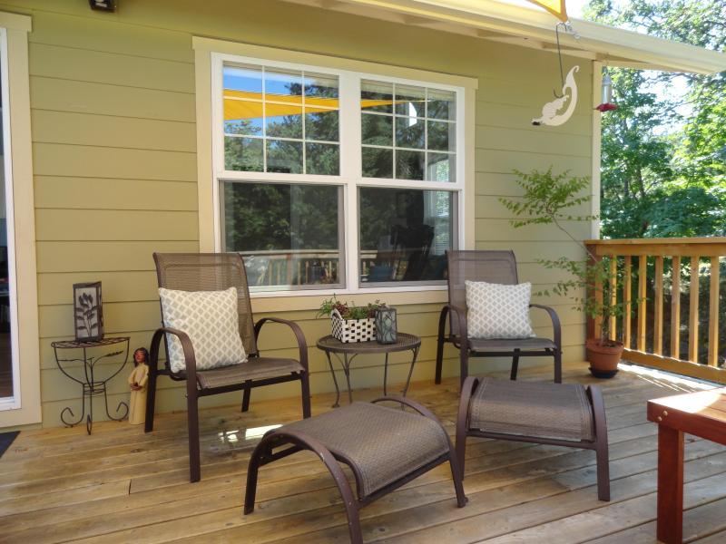 Intimate deck seating for 2