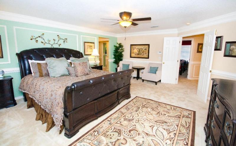 Chambre de maître luxueusement aménagée avec 46' mur monté TV. Salle de bain principale avec salle de bains