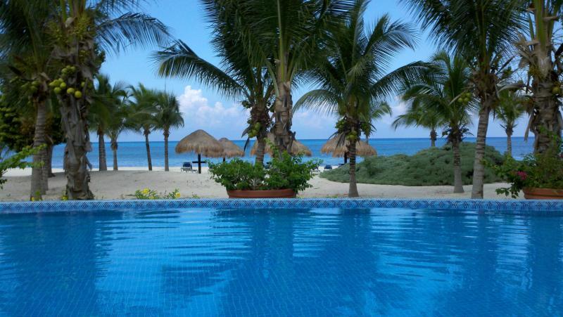 Océano infinito frente piscina climatizada