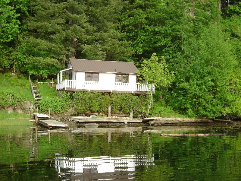 Waterfront cottage, sleeps 3, on Quadra Island, BC, holiday rental in Quathiaski Cove