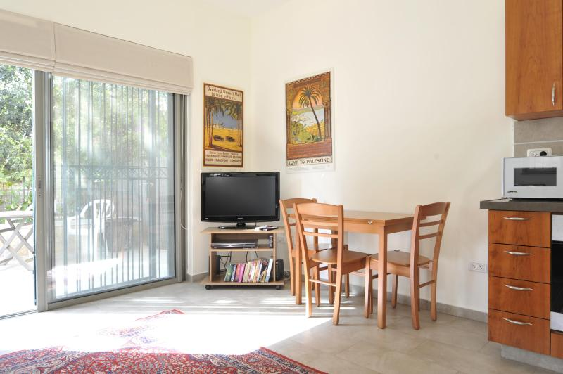BEAUTIFUL 1 BR IN HEART OF J'LEM'S CULTURAL MILE, aluguéis de temporada em Distrito de Jerusalém