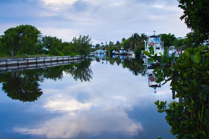 Uitzicht op het kanaal in de ochtend