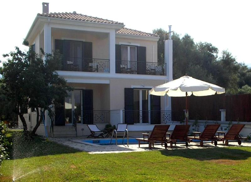 Fachade of the villa with the private pool area
