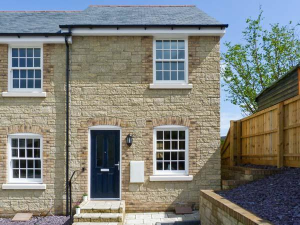 4 THE OLD POST OFFICE MEWS, quality mews cottage, WiFi, enclosed patio, close, holiday rental in Brading