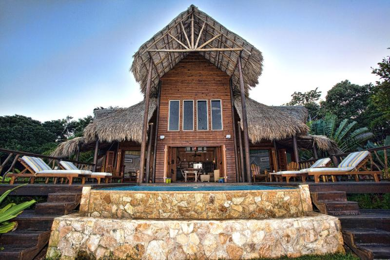Brisa Del Mar: Balinese Style Oceanfront Villa, holiday rental in Politilly Bight