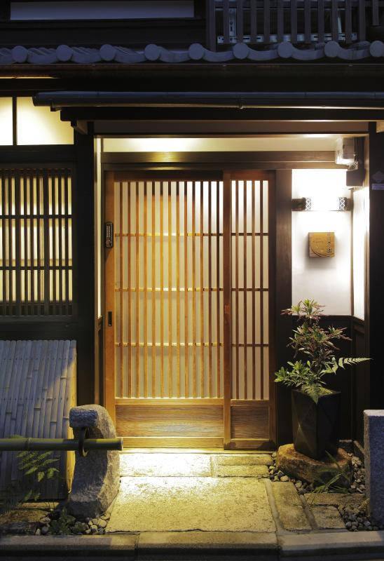 Welcoming Entrance Way to Gion-Kyuraku