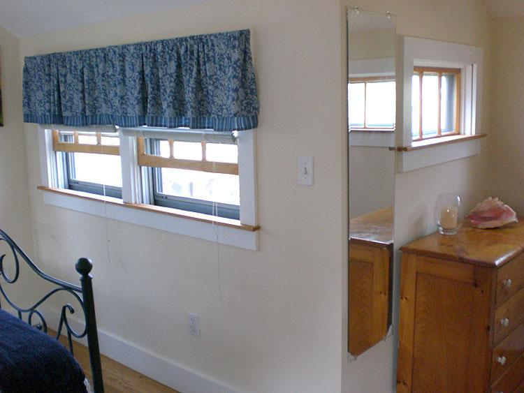 Habitación del segundo piso con mucha luz natural (todas con persianas), ventilador de techo y aire acondicionado central.