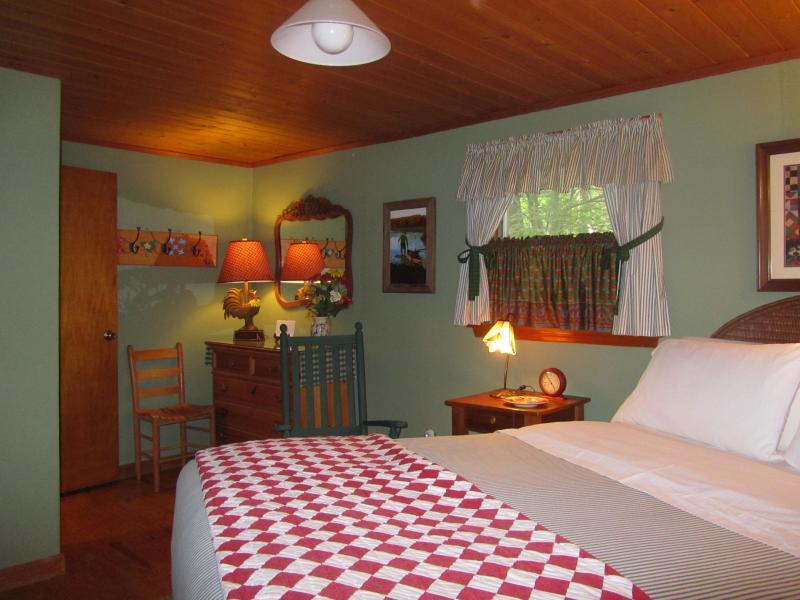 Otra vista del dormitorio con cama Queen.  Colchón de buena calidad & sábanas de hilo alta.