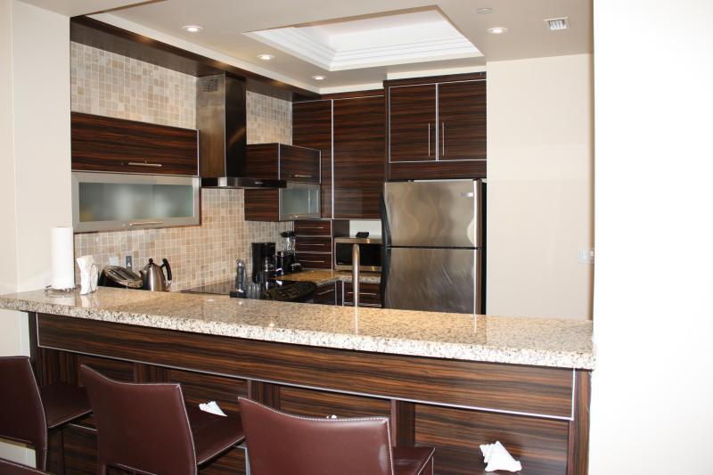 Moderne, entièrement meublé cuisine avec cuisinière, four, micro-ondes, réfrigérateur