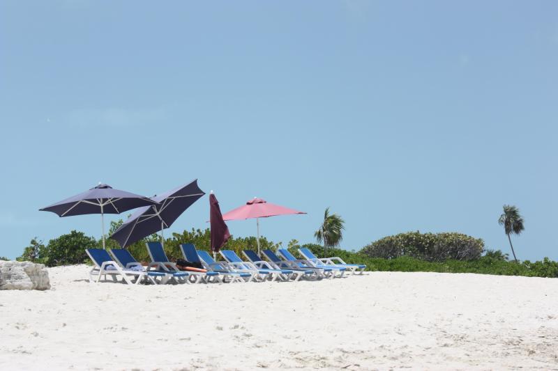 Chaises sur la plage tous les matins