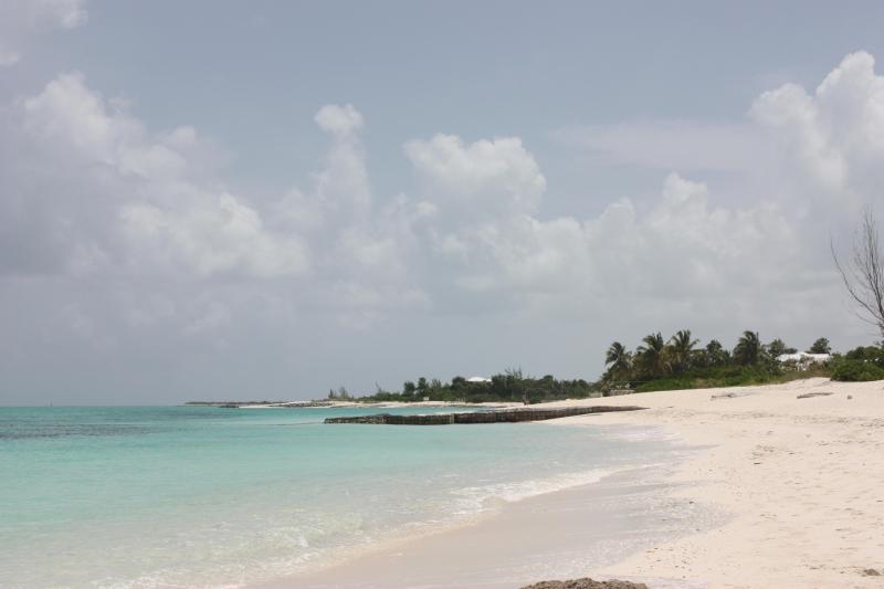 Promenade de la plage de sable blanc de Grace Bay