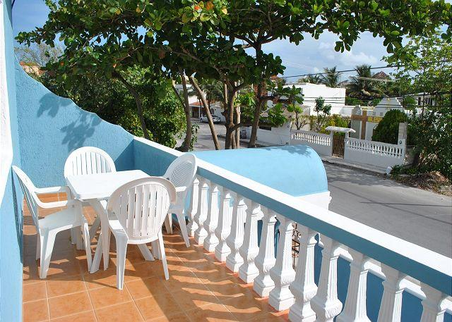 Bright, airy apartment, private balcony close to beach, 4 blks to town sqyare, alquiler de vacaciones en Puerto Morelos