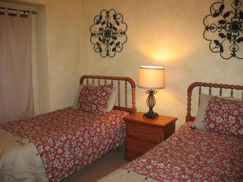 Chambre - 1er étage, 2 lits simples, une porte large pour fauteuil roulant