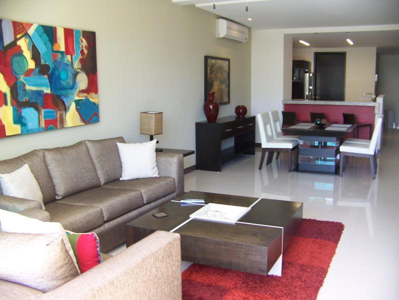 vom Balkon; Wohnzimmer, Esszimmer und Küche zu öffnen