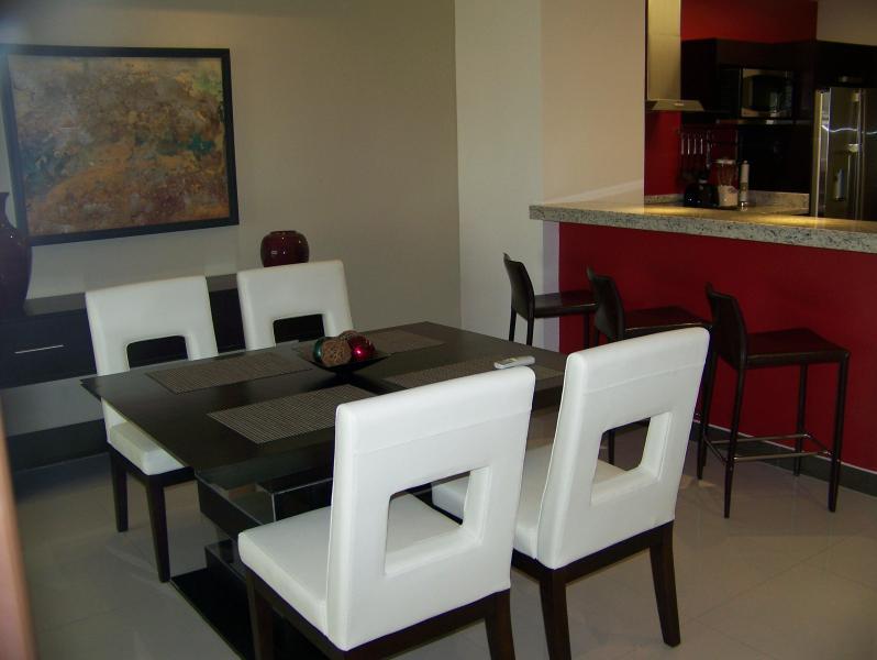 Table de salle à manger a totales 6 chaises