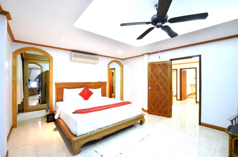 master bed room over look swimming pool, 6'f king size bed.