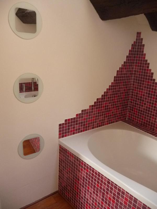 salle de bain avec baignoire sous les toits