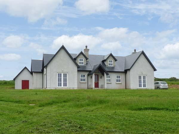 JOSIE'S HOUSE, spacious accommodation, sea views, en-suites, large gardens, in, holiday rental in Hook Head