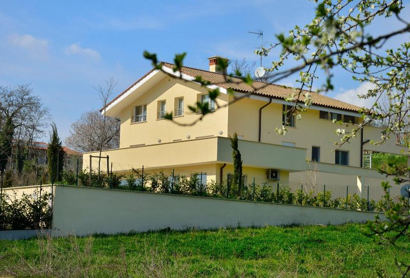 apartment in Roman countryside. Mins 30 to Rome, Ferienwohnung in Genazzano