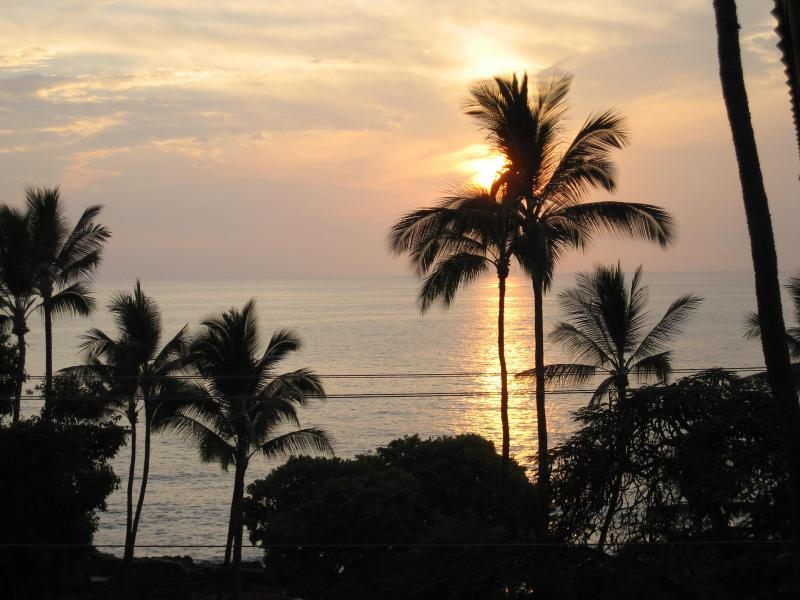 2 bdrm 2 ba condo across from White Sands Beach, holiday rental in Kailua-Kona
