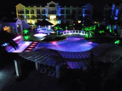 Vista de noche de tiempo del resort