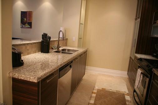 Cocina totalmente equipada con 4 fuegos, horno, nevera/congelador, microondas y lavavajillas