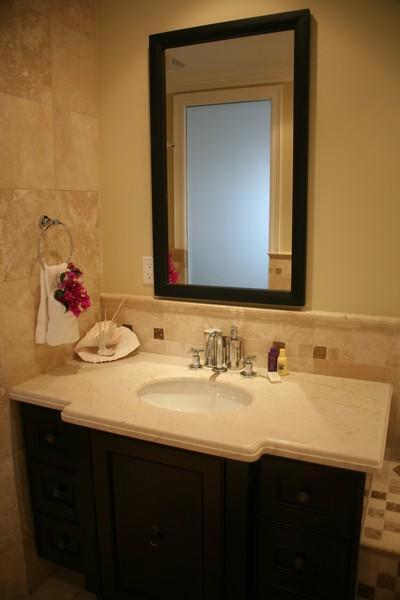 Dormitorio principal con baño privado con ducha de lluvia y bañera