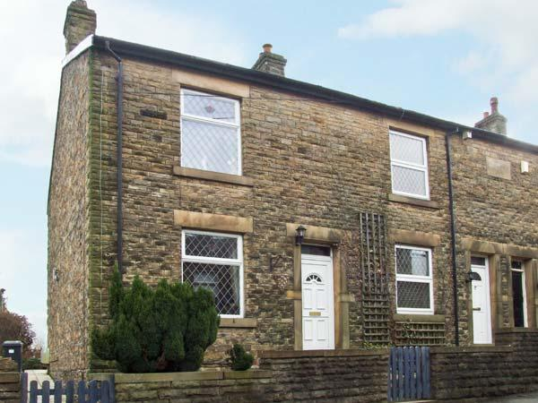 14 YEARDSLEY LANE, private patio, close to village amenities, in Furness Vale, holiday rental in Rainow