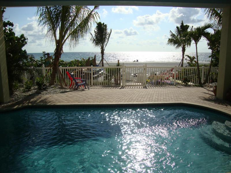 BEACHSIDE BUNGALOW Dolphin 2BR*HTD POOL*PETS OK, vacation rental in Indian Shores