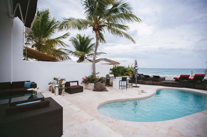 Deck da piscina mágica no mar do Caribe