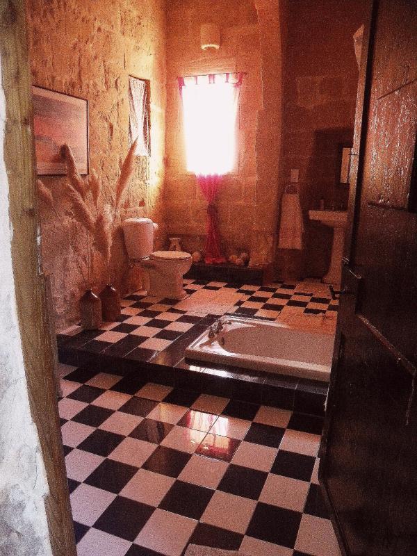Morning sun in the bathroom - lovley sunken bath!