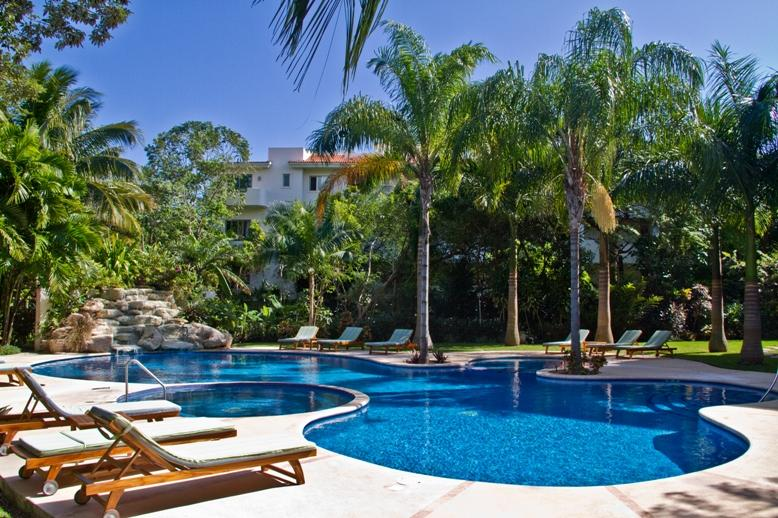 Large Pool and jacuzzi