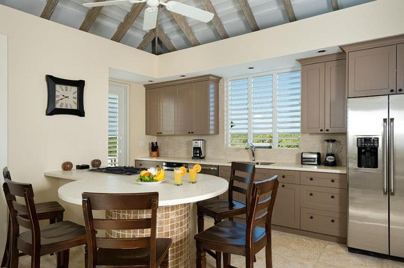 A un lado de la gran sala está la cocina (con techo) y desayunador integrado