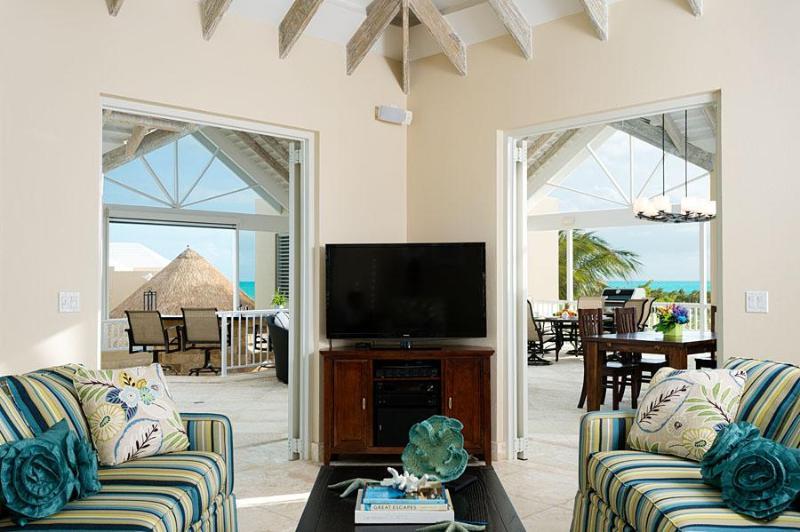 Enfrente de la cocina es la sala de entretenimiento con TV y Wifi - también con un techo
